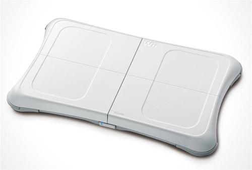 Kartu su žaidimu parduodama Wii Balance board lenta. Ji veikia kaip elektroninės svarstyklės, taip pat yra jautri svorio pasiskirstymui. Naudojama beveik su visais Wii Fit pratimais ir kai kuriuose kituose žaidimuose. Kaip ji veikia su EA spin-off'u Skate it, išbandysiu ir papasakosiu artimiausiu metu.